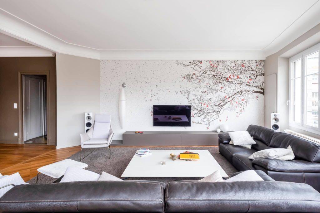 Papier-peint-branche-fleur-sur-mur-blanc-infinessance-deco-grenoble